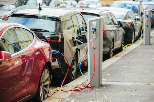 Electric vehicles charging on the street in cities requires local and central government to work together